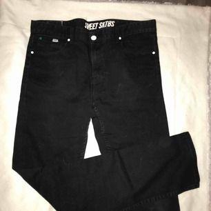 Säljer ett par byxor åt min bror. Fint skick, den enda grejen är att frågetecknet på baksidan är lite sönder, men det märks knappt. 60kr❤️