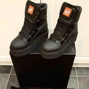 Fenty puma boots strl 42, men kan kännas som en 40-41 pga liten i storlek samt extrasula.   Nypris kostade de 3200+ kr, och säljer för minst 1000 kr. Buda gärna om det finns intresse :)) Hör av er