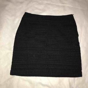 En fin, detaljerad kjol. Inköpt på H&M. Dragkedja fungerar bra och finns på sidan. Perfekt skick, använd kanske 1 gång.❤️