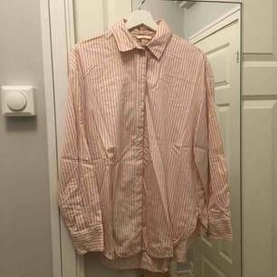 Randig ljusrosa tunn skjorta, oversize.