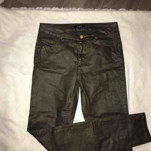 Säljer dessa skitsnygga jeans från Lindex. Skinnliknande, och militärgröna. Guldiga detaljer. Säljer pga. för liten storlek❤️