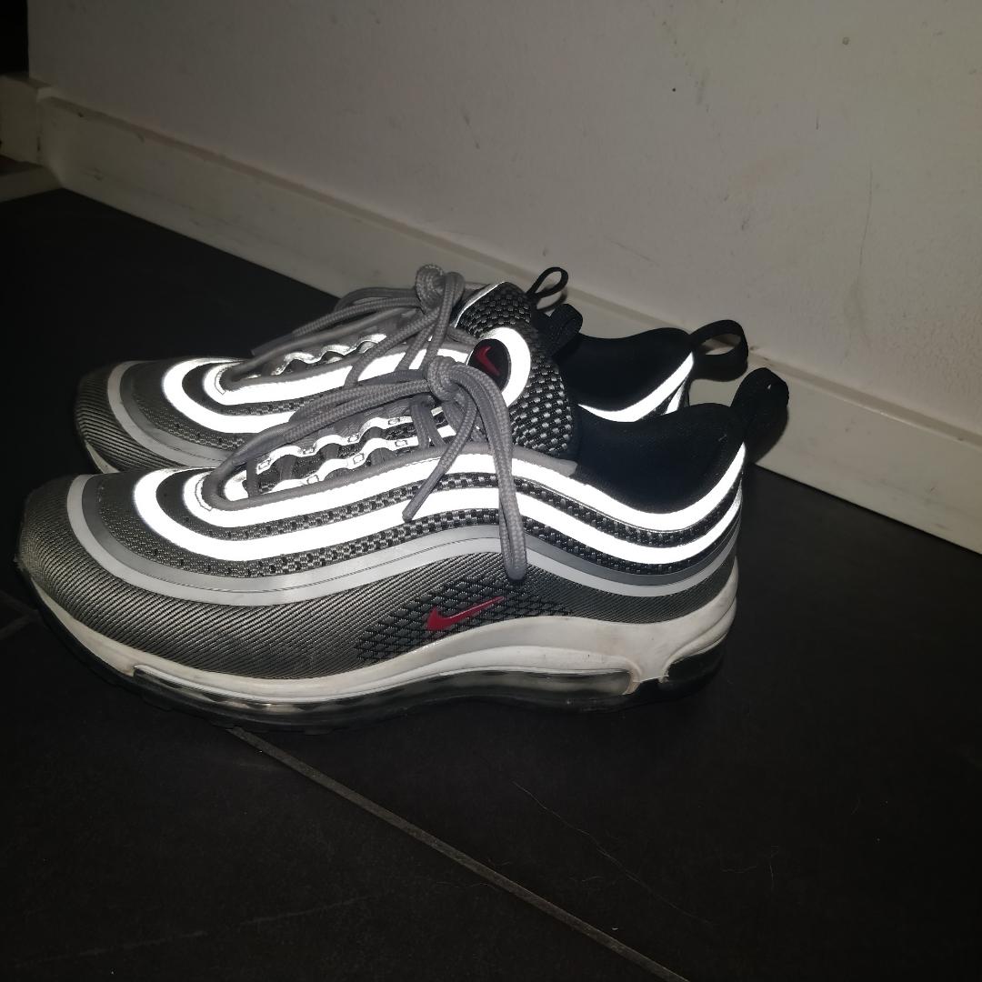 Säljer mina Nike air Max 97, är i väldigt fint skick. Säljer dem på grund av att dem ej kommer till användning längre. Priset kan diskuteras. Köparen står för frakten. Färgen heter: Silver bullet Kan skicka fler bilder vid intresse.. Övrigt.