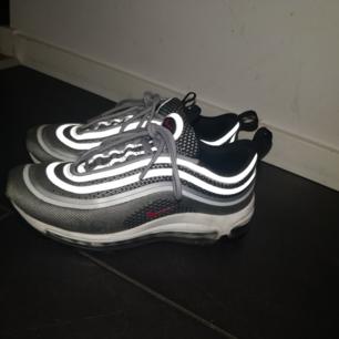 Säljer mina Nike air Max 97, är i väldigt fint skick. Säljer dem på grund av att dem ej kommer till användning längre. Priset kan diskuteras. Köparen står för frakten. Färgen heter: Silver bullet Kan skicka fler bilder vid intresse.