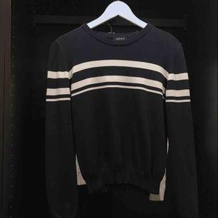 Jättefin mörkblå tröja från newyorker, knappt använd. Fler bilder på materialet kan fås vid intresse!  50kr + ev frakt.  Finns i karlstad😋