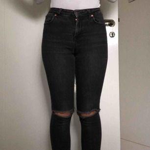 """Ett par svart/gråa (är lite ljusare än på bild) jeans från Gina tricot i modellen """"kristen"""" i storlek 25 (som en S). Byxorna är välanvända så färgen är lite sliten men har annars inget fel. Kan mötas upp i Malmö eller så står köparen som vanligt för frakt"""