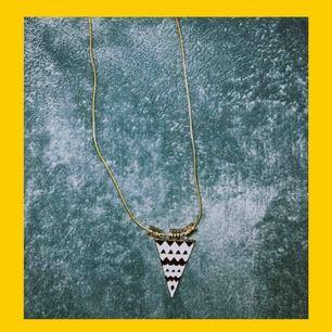 gulligt halsband med en liten triangel :). jag har aldrig använt den vad jag vet men den är lite trasig, därför är den så billig. frakt tillkommer på 9 spänn 💛🖤