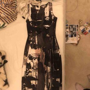 Supersnygg klänning med ett coolt mönster, använd 1 gång