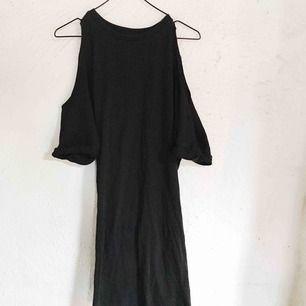 Cool slapp klänning med hål över axlarna från Asos. Den slutar ovanför knäna. Använd cirka en gång. Passar M också! Frakt tillkommer 🌹