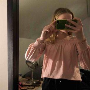 En fin offshoulder tröja i blusmatrial, knappt använd! Storlek S ungefär, men passar nog lika bra på XS. Från hm