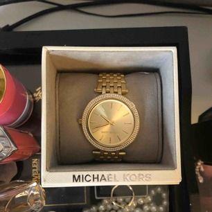 Klocka från Michael kors. Guldig med diamant detaljer. Fick i present. Säljer pågrund av använder inte.