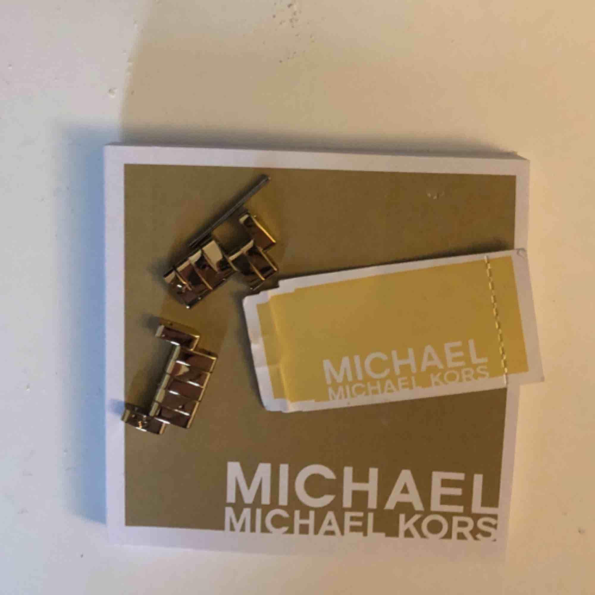 Klocka från Michael kors. Guldig med diamant detaljer. Fick i present. Säljer pågrund av använder inte. . Accessoarer.