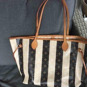 Lv neverfull size MM,,,väskan är i gott skick, äkta läder AAAA+++ av bästa kvalité !  ENDAST SERIÖSA KÖPARE TACK Pris är inkl frakt:)