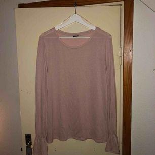 Skön och fin tröja från ginatricot. Strl XL men kan passa L och kanske M också.  Inte alls använd mycket. Frakt diskuteras vid köp!