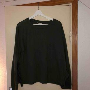 Skön och snygg långärmad tröja från Cubus. Slits vid sidan som är jätte snyggt. Står XL men kan funka för L också! Frakt diskuteras vid köp!
