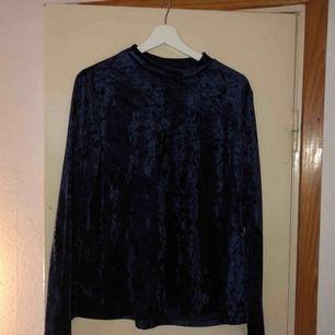 Snygg tröja med krossad mörkblå sammet. Svårt att få med färgen på bild men den är väldigt fin! Passar även L. Frakt diskuteras vid köp!