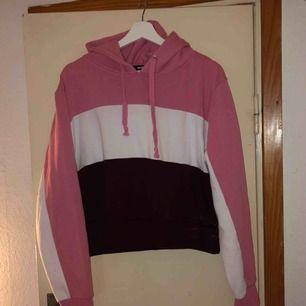 Säljer denna supersköna hoodien från BikBok, den kommer tyvärr inte till användning så ofta som jag hoppats. Strl L men kan passa bra på M/S också, allt är beroende på vilken passform man vill ha 🥰 Frakt diskuteras vid köp!