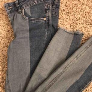 Säljer dessa nya fransiga jeans i strl 34!