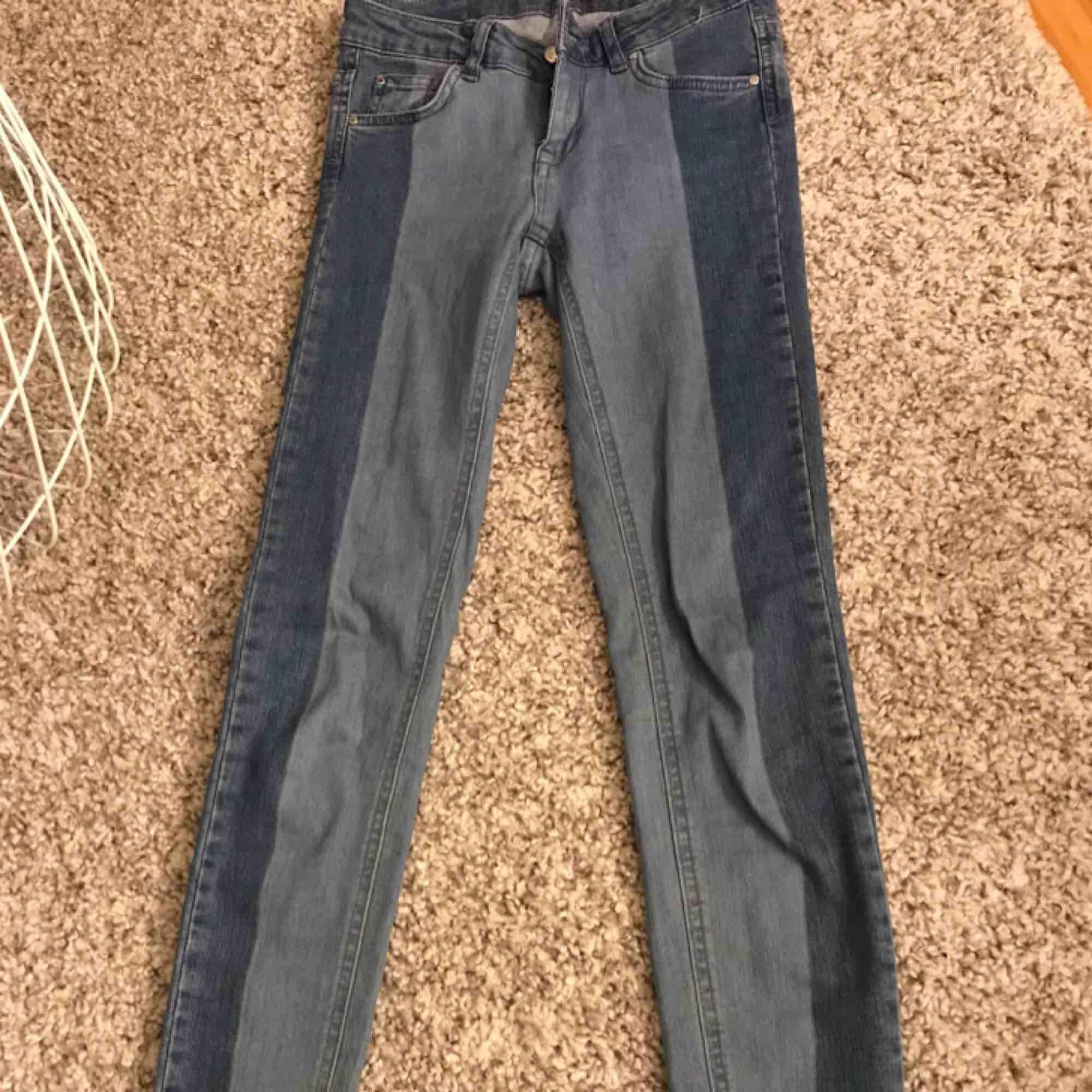Säljer dessa nya fransiga jeans i strl 34!. Jeans & Byxor.