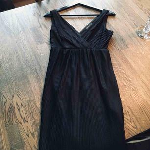 ARMANI EXCHANE svart plisserad klänning small I väldig fin skick Frakt 40kr Kan skicka spårbart 63kr