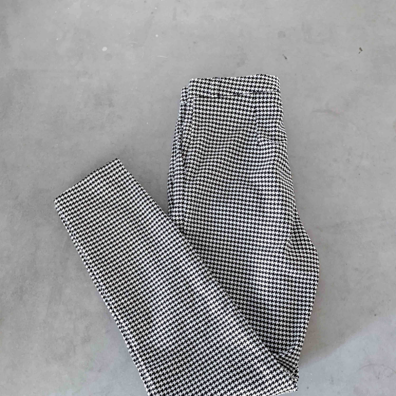 Svartvita rutiga byxor med hög midja från Monki ♥️. Jeans & Byxor.