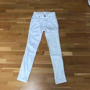 Vita, tighta, stretchiga DrDenim jeans. Är i storlek XS men passar även S pga stretchen. Högmidjade. Aldrig använda, därav i toppskick och bra kvalité. Frakt tillkommer.