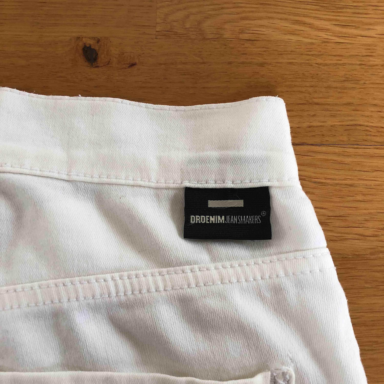 Vita, tighta, stretchiga DrDenim jeans. Är i storlek XS men passar även S pga stretchen. Högmidjade. Aldrig använda, därav i toppskick och bra kvalité. Frakt tillkommer.. Jeans & Byxor.