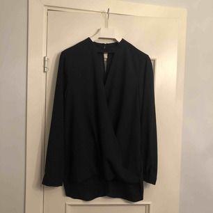 Suprfin svart blus från Miss Selfridge. Endast använd ett fåtal gånger, fint skick. Storlek 40 men sitter mer som en 38. 45 kr (köparen står för frakt). Kan mötas upp i Stockholm.