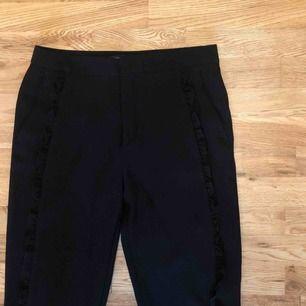 Svarta kostymbyxor med volang längs benen, från Zara. Använda max 2 ggr. 50 kr (fraktkostnad tillkommer) Kan mötas upp i Stockholm eller Katrineholm.