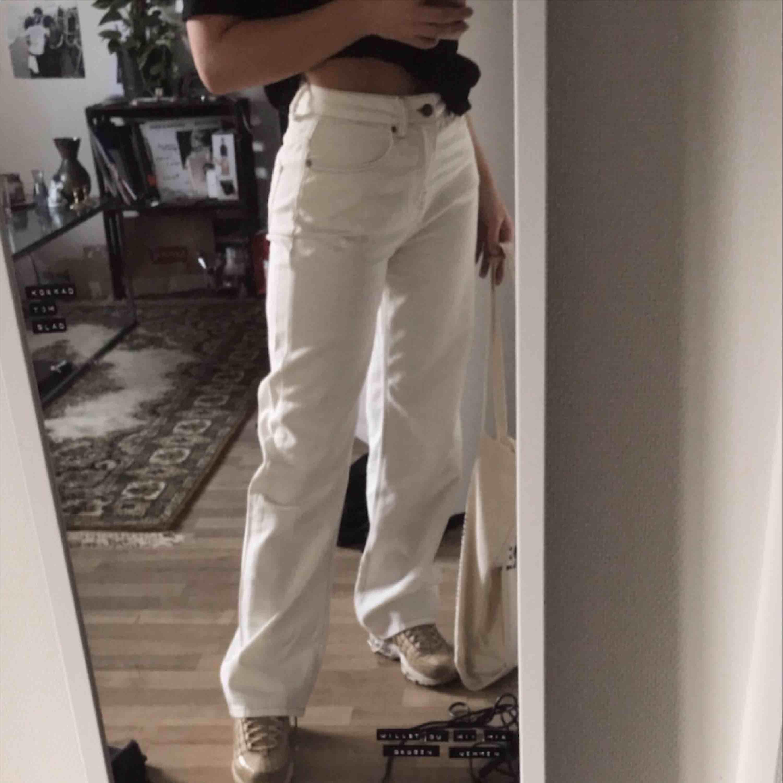 Vita jeans från emilie britings kollektion med nakd! Aldrig använda endast testade, lappar finns kvar! Frakt tillkommer 🌸. Jeans & Byxor.