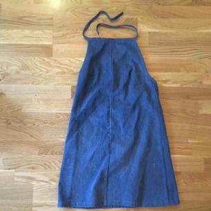 Klänning i jeanstyg med halterneck och låg rygg. 🌼 Köpt på beyond retro, helt oanvänd pga inte min stil. Kan mötas i stockholm eller skicka, köparen står för frakt.