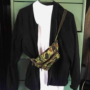 Svart cardigan/jacka med dragkedja från märket Jacqueline de Yong. Köpte storlek L (har vanligtvis strl S) pga jag har använt den ca tre gånger som en tunn jacka på sommaren - passar perfekt till det! Frakt tillkommer 🌹