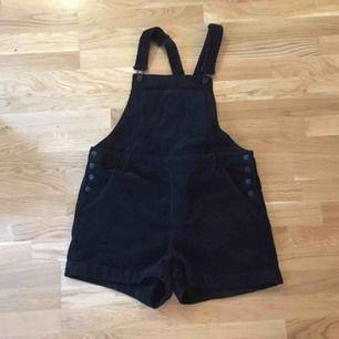 Hängselbyxshorts 🤔 i svart manchestertyg från Monki, storlek L. Aldrig använd pga fel storlek. Kan mötas upp i stockholm eller skicka, köparen står för frakt 🌼