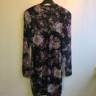 Superfin transparent klänning med en underklänning till . Den är lite polo i kragen👌