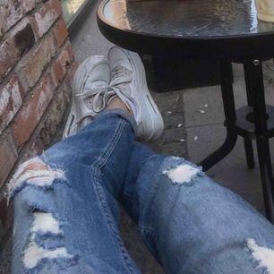 Super balla slitna boyfriend jeans från Hollister, low waisted, passar för mig som är XS/S :)