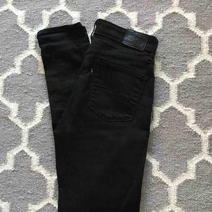 Levis jeans high rise skinny 721. Svarta. Strl W28/L32.  Litet hål till vänster om höger bakficka, se bild. I övrigt mkt gott skick, använt 2 ggr.  Köparen står för frakt.