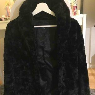 En super fin päls ifrån MQ❤️ Det är ett hål inne i jackan men inget som märks av, därav priset!❤️