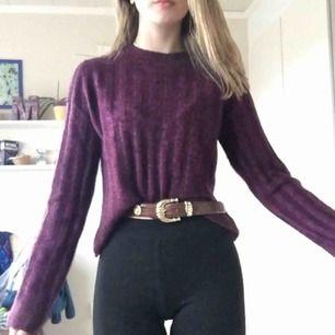 Mysig vinröd/lila stickad tröja. Ifrån HM, köpt förra sommaren men har aldrig används.  Köpare betalar frakt☺️