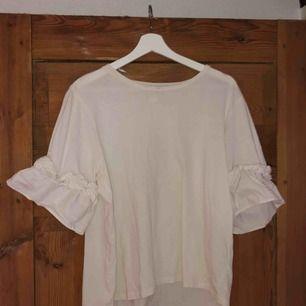 Skön och fin tröja från H&M. Säljer pga att de ej är min stil. Tröjan är i bra skick och den är väldigt skön. Passar lika bra till vardags som om man ska vara lite uppklädd. Frakt diskuteras vid köp!