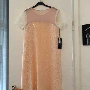 En A-linje formad klänning från Ida Sjöstedt nypris 1999kr. Aldrig använd, slutar över knäna. Är relativt liten i storleken så skulle säga att det är en en 32/34. Fin till studenten eller liknande!