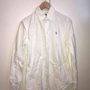 Vit slimmad Ralph Lauren skjorta i storlek S! Använd fåtal gånger och är därför i mycket gott skick. 😘🥰💘 Frakt tillkommer, kan annars mötas upp i Lund.