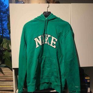 Grön NIKE hoodie i gott skick! Storlek M  Frakt ingår inte!