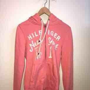 Rosa Tommy Hilfiger hoodie i storlek S. Aldrig använd och i mycket gott skick!! Superfin till sommaren😘💘😽 Frakt tillkommer, kan annars mötas upp i Lund.