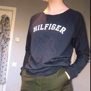 Långärmad tröja från Tommy Hillfiger i mörkblå i storlek M. Använd en gång och är i mycket bra skick. Sjukt skön tröja som har en lite mer loose fit😘💘😽 Frakt tillkommer, kan annars mötas upp i Lund.