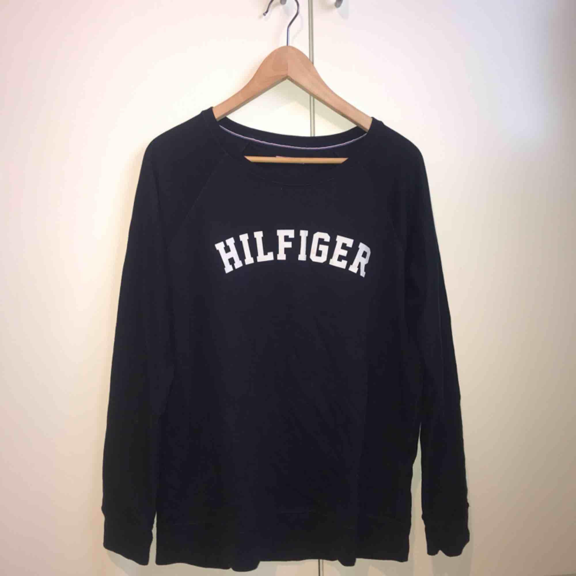 Långärmad tröja från Tommy Hillfiger i mörkblå i storlek M. Använd en gång och är i mycket bra skick. Sjukt skön tröja som har en lite mer loose fit😘💘😽 Frakt tillkommer, kan annars mötas upp i Lund.. Toppar.