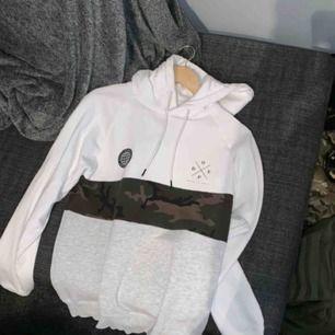 Mysig hoodie från DOPE, med camo board runt magen. Märke på bröstet och i nederkant. Passar både på pojkar och flickor!
