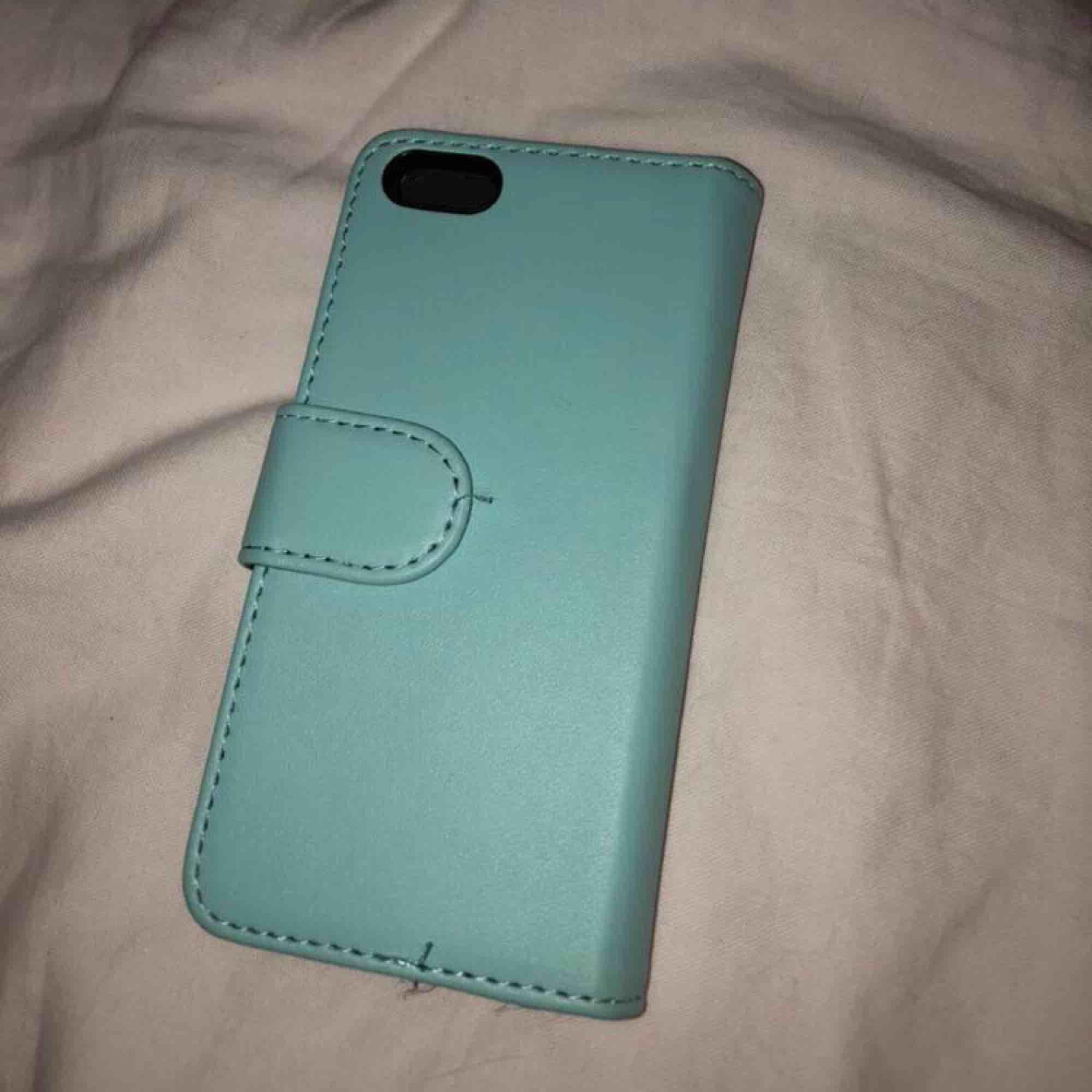 Ett turkos/blått skal till iPhone 5 från Gekås. Använd en del men ändå bra kvalite! . Övrigt.