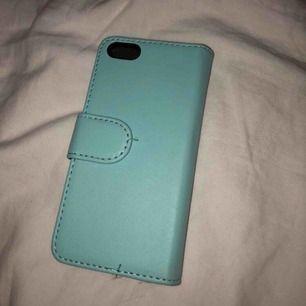 Ett turkos/blått skal till iPhone 5 från Gekås. Använd en del men ändå bra kvalite!