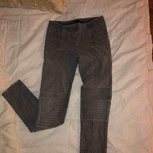 Gråa tights från Kappahl. Har använt de som ridbyxor men de är egentligen vanliga tights :) Det är ganska stretchiga men de ser små ut för att vara storlek 140.