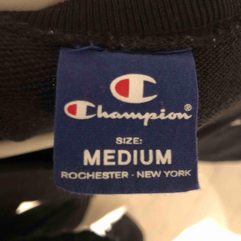 Champion hoodie i str M. Använd max 5 ggr, super skön och inget fel på den alls.   Möts upp i Stockholm och fraktar:). Huvtröjor & Träningströjor.
