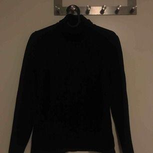 En svart polotröja gjord på 100% ull. Väldigt varm så passar till vintern/höst. Den är originellt i M men har krympt lite. Obs har ett hål i armbågen men syns ej säljer bara pga liten storlek